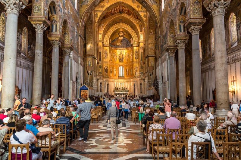 Folk som besöker den bedöva Norman Cathedral av Monreale royaltyfri fotografi