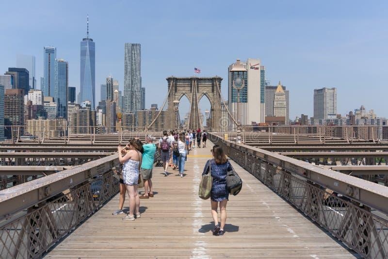 Folk som besöker den Brooklyn bron i New York City arkivfoton