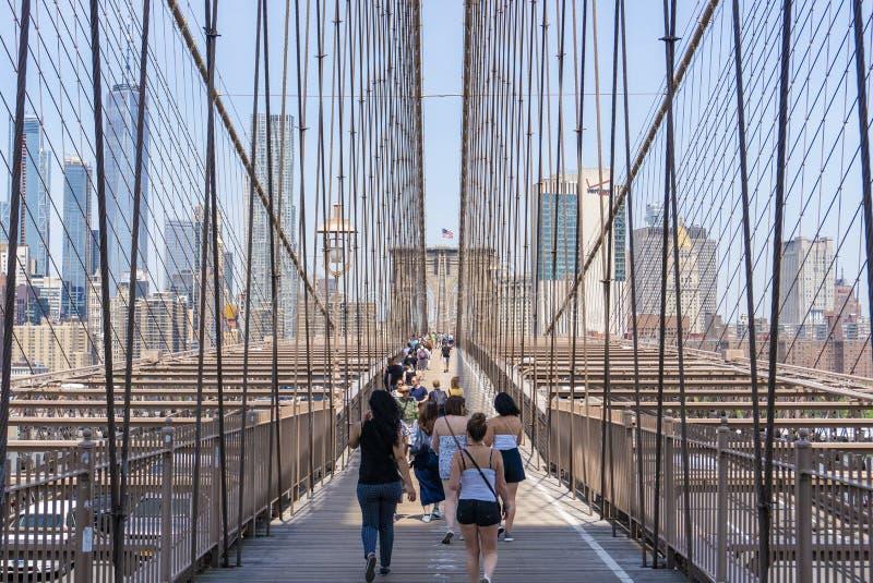 Folk som besöker den Brooklyn bron i New York City royaltyfri fotografi