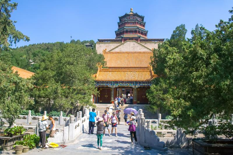 Folk som besöker den imperialistiska sommarslotten i Peking, Kina royaltyfria bilder