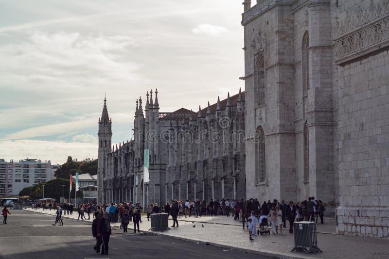 Folk som bes?ker den Jeronimos kloster i Lissabon arkivbilder