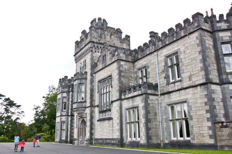 Folk som besöker den Kylemore abbotskloster, Connemara som är västra av Irland fotografering för bildbyråer