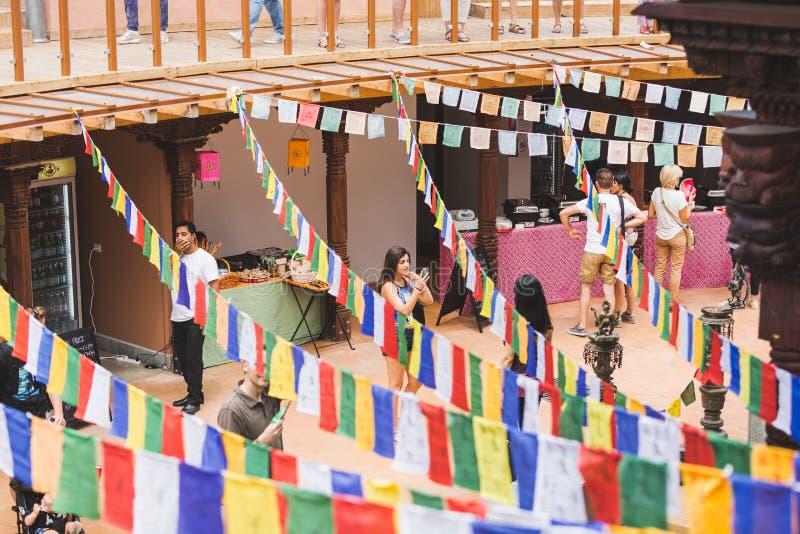 Folk som besöker den Nepal paviljongen på expon 2015 i Milan, Italien royaltyfri bild