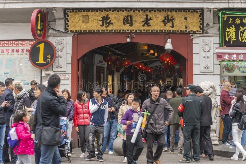 Folk som besöker den Yuyuan basaren i Shanghai royaltyfri foto