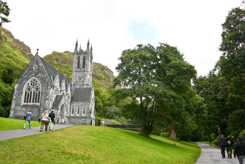 Folk som besöker dengotiska kyrkan på det Kylemore godset som är västra av Irland royaltyfria bilder