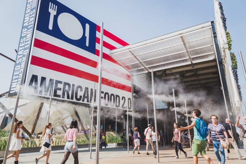 Folk som besöker Förenta staternapaviljongen på expon 2015 i Milan, det arkivbild