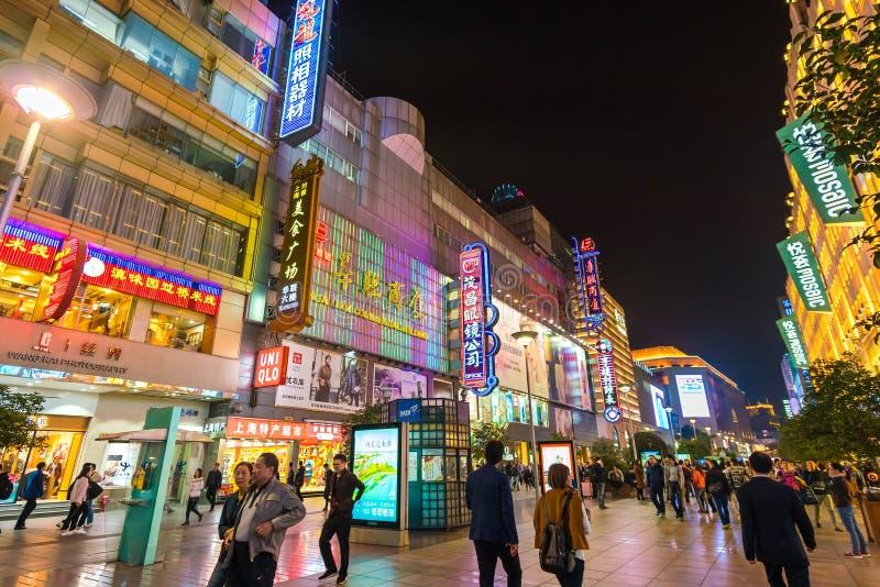 Folk som besöker gatan för Nanjing vägshopping i Shanghai royaltyfri bild