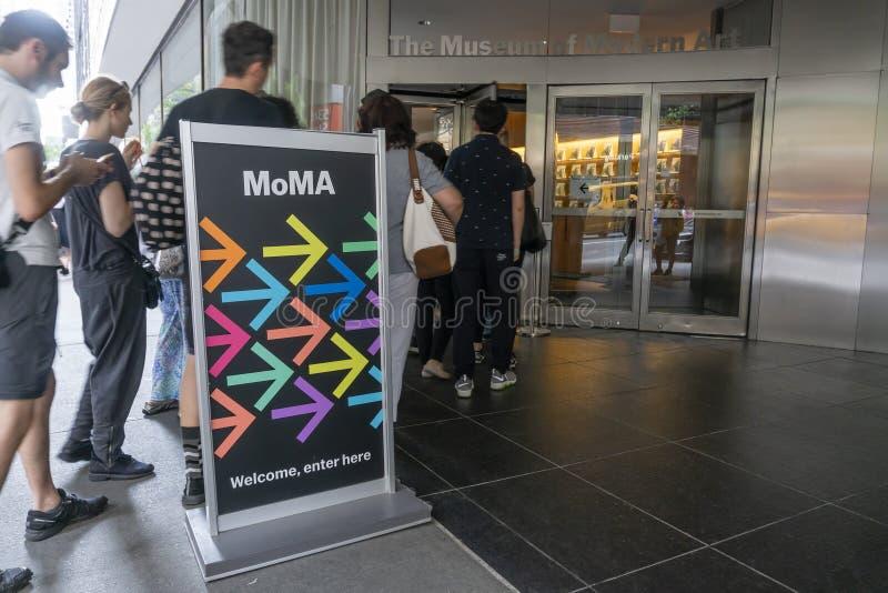 Folk som besöker museet av modern konst MoMA i New York City royaltyfria foton