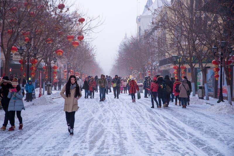 Folk som besöker på den centrala avenyn arkivfoton