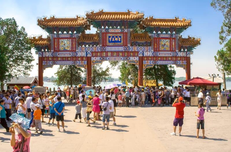 Folk som besöker PaiFang på den imperialistiska sommarslotten i Peking, Kina royaltyfria bilder