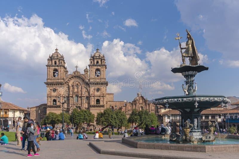 Folk som besöker Plaza de Armas i Cusco arkivfoton