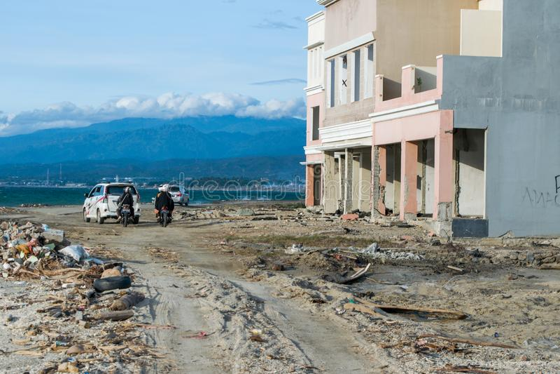 Folk som besöker tsunamiläge i Palu royaltyfria bilder