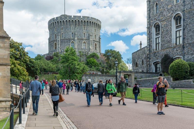 Folk som besöker Windsor Castle, drottning för landshus av England royaltyfri foto