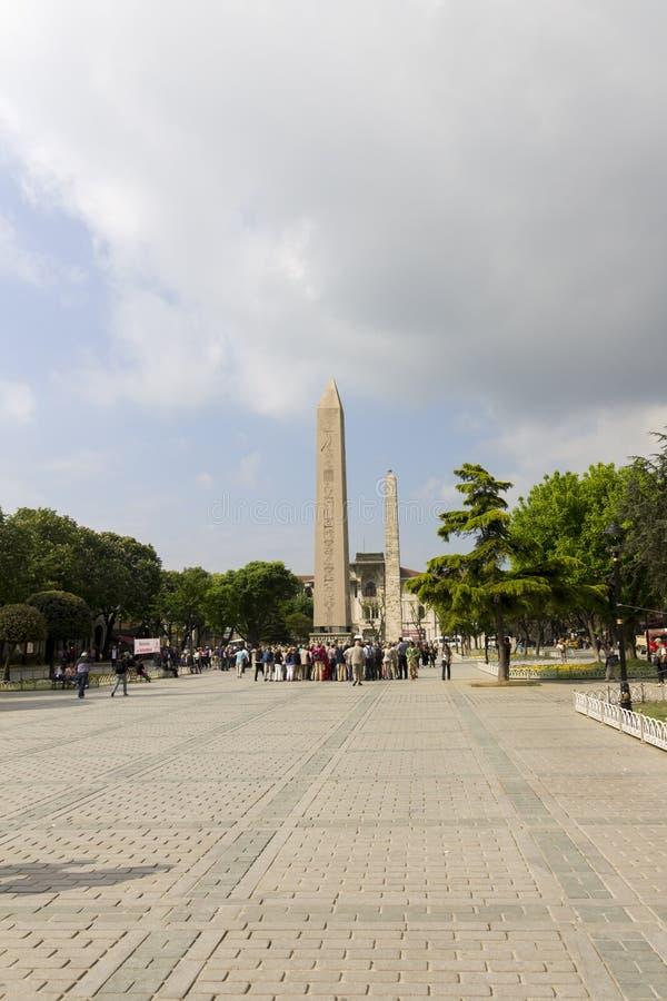 Folk som beundrar obelisken av Theodosius och Walled obelisken bak den, Istanbul, Turkiet arkivfoton