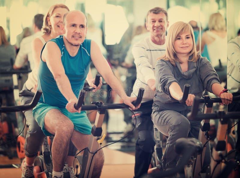 Folk som cyklar i en idrottshall royaltyfri foto