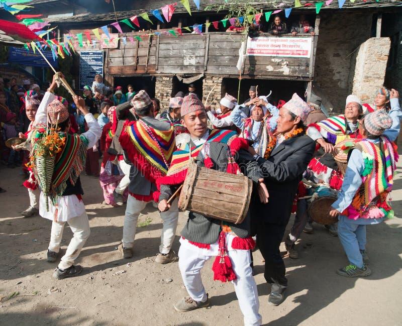 Folk som dansar och spelar på valsar - Nepal royaltyfri foto