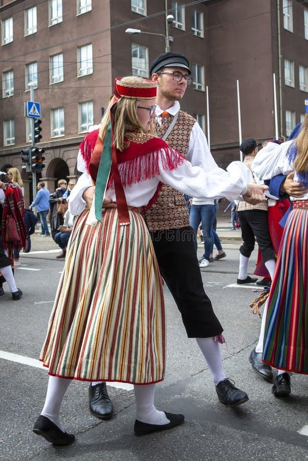 Folk som dansar på gatorna under den estonian dansen och sångfestivalen 2019 fotografering för bildbyråer