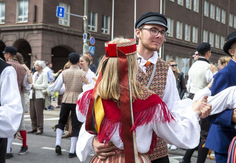 Folk som dansar på gatorna under den estonian dansen och sångfestivalen 2019 arkivbild