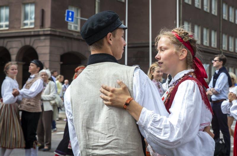 Folk som dansar på gatorna under den estonian dansen och sångfestivalen 2019 royaltyfri foto