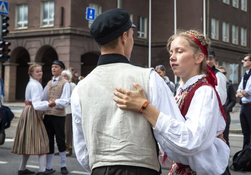 Folk som dansar på gatorna under den estonian dansen och sångfestivalen 2019 royaltyfri bild