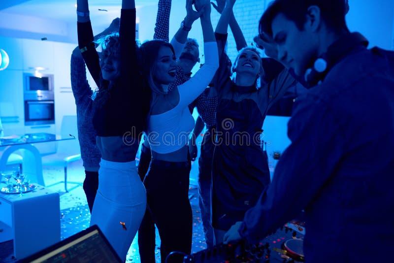 Folk som dansar på huspartiet royaltyfria bilder