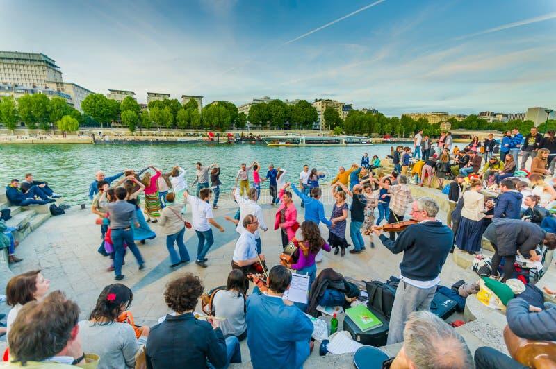 Folk som dansar till levande musik i gatorna av Paris arkivbilder