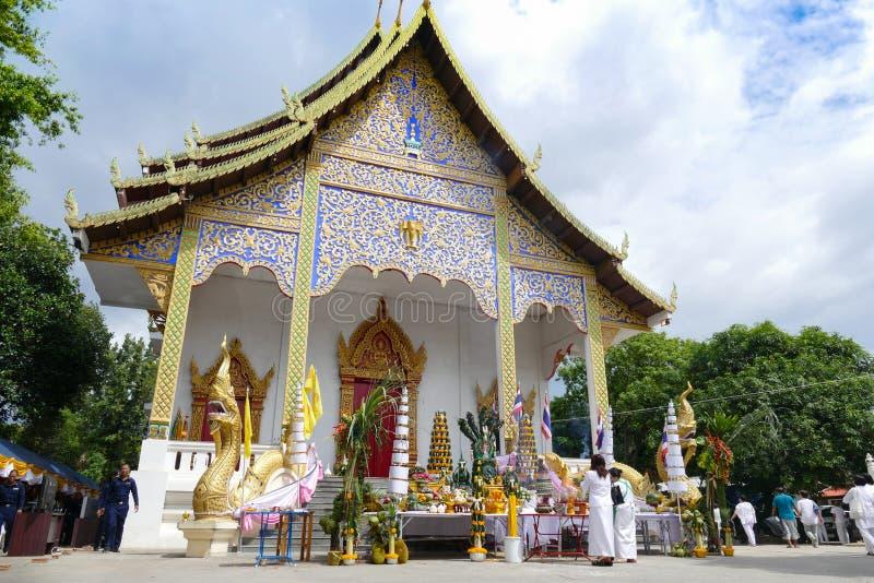 Folk som deltar, i att gjuta buddha statyceremoni royaltyfria bilder