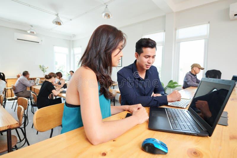 Folk som diskuterar online-presentation royaltyfri bild