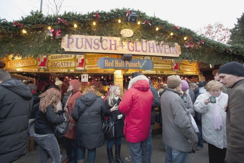 Folk som dricker på en julmarknad royaltyfri fotografi