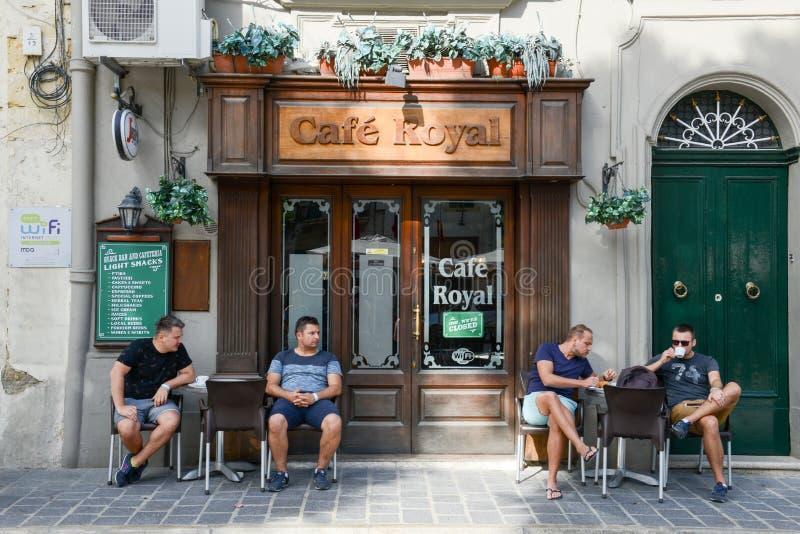 Folk som dricker på ett kafé av Victoria på den Gozo ön royaltyfri fotografi