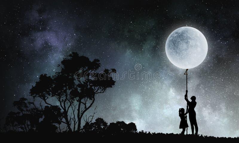 Folk som fångar månen royaltyfri fotografi