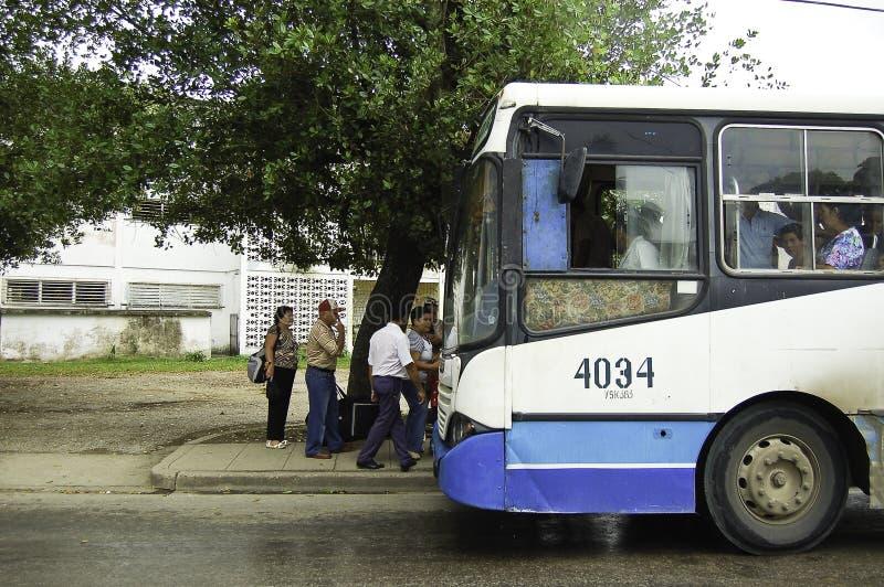 Folk som får på bussen i havana arkivfoton