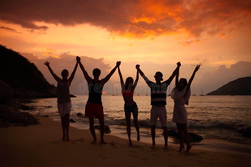 Folk som festar på stranden fotografering för bildbyråer