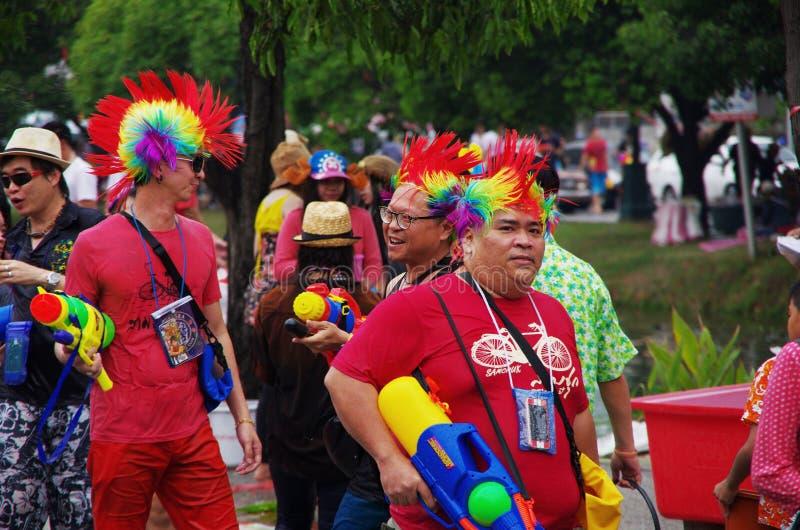 Folk som firar på gatan royaltyfria foton