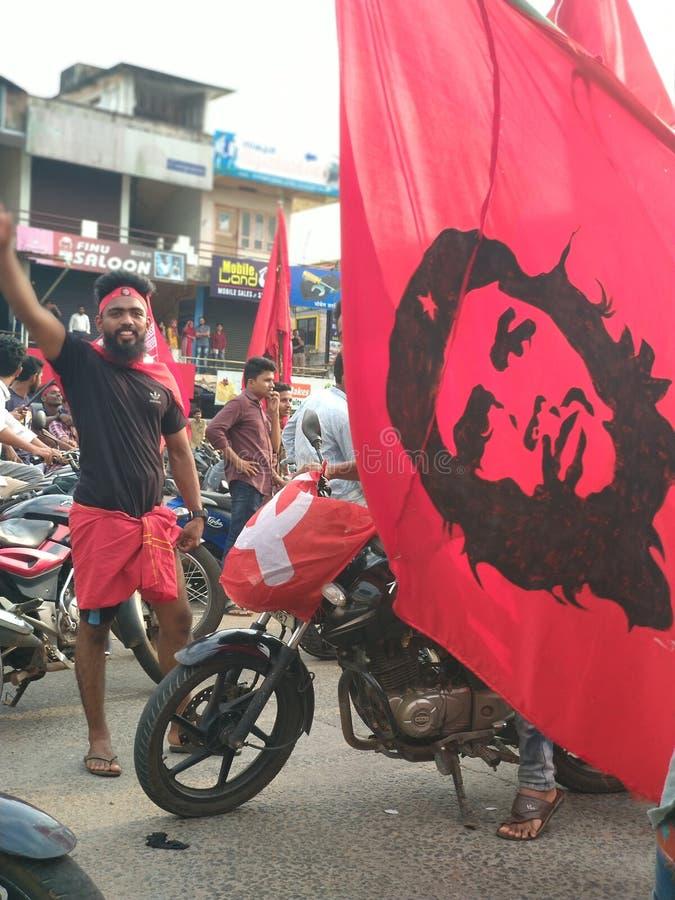 Folk som firar seger med cheguevara den röda flaggan royaltyfri bild