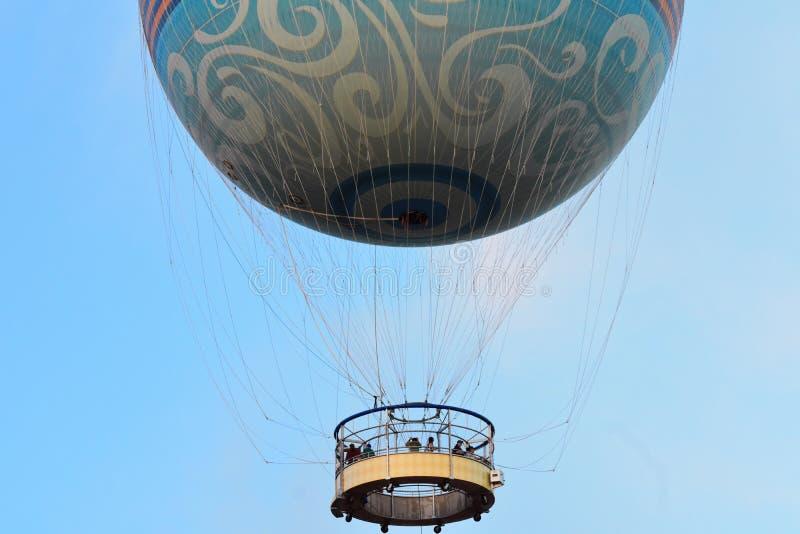 Folk som flyger på luftballongen på Disney vårar på ljust - bakgrund för blå himmel royaltyfri foto