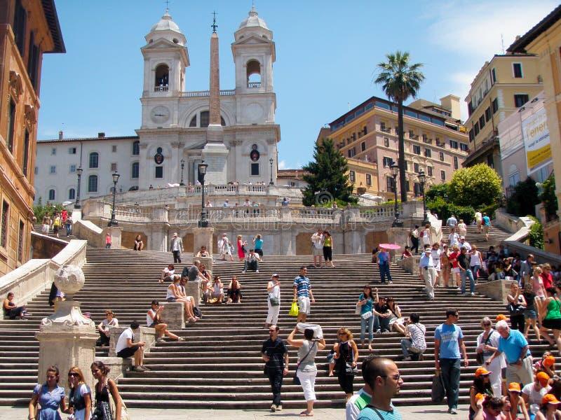 Folk som fortskrider upptaget spanjormomenten i Rome, Italien royaltyfria bilder
