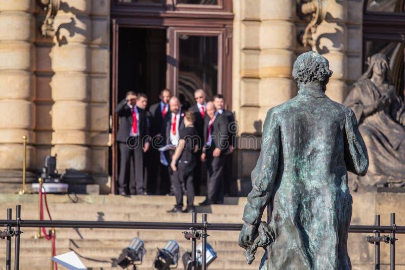 Folk som framme wating av Rudolfinum, Prague medan Cesky Levutmärkelser royaltyfri bild