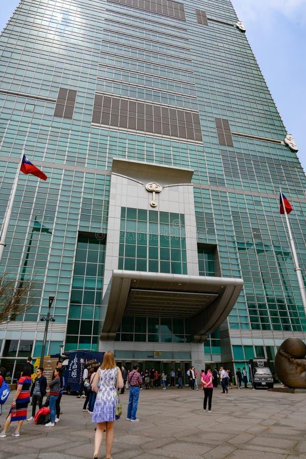 Folk som går att hänrycka Taipei 101, Taiwan Taipei finansiell mitt arkivfoton