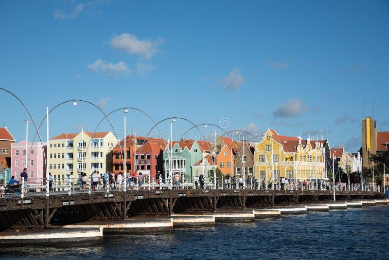 Folk som går drottningen Emma Bridge i Willemstad royaltyfri fotografi