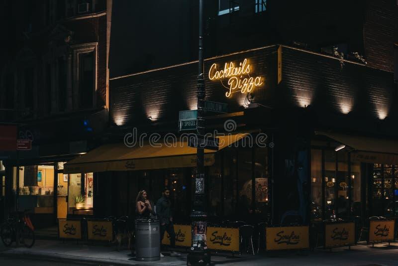 Folk som går förbi den Serafina Cocktails och pizzarestaurangen i Lower East Side, New York, USA royaltyfria foton