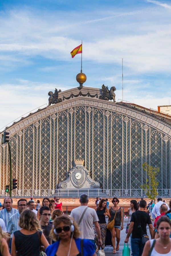 Folk som går förutom den Atocha järnvägsstationen i Madrid royaltyfri fotografi