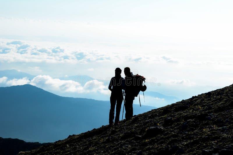 folk som går i de legendariska bergen royaltyfria foton
