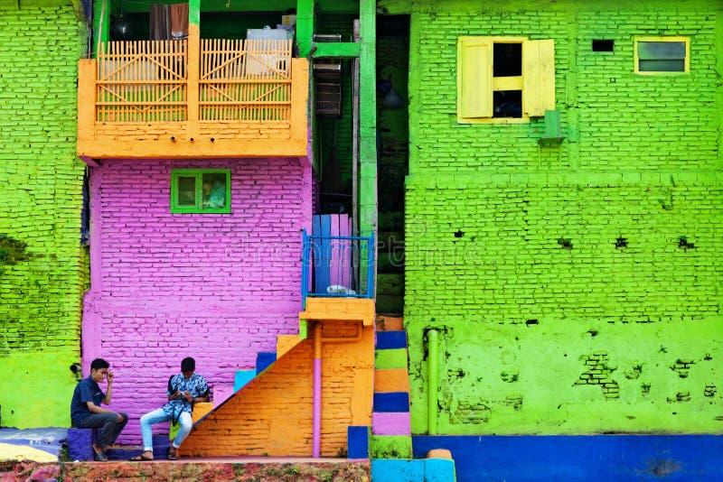 Folk som går i den färgrika husbyn Jodipan Kampung Warna Warni arkivfoto