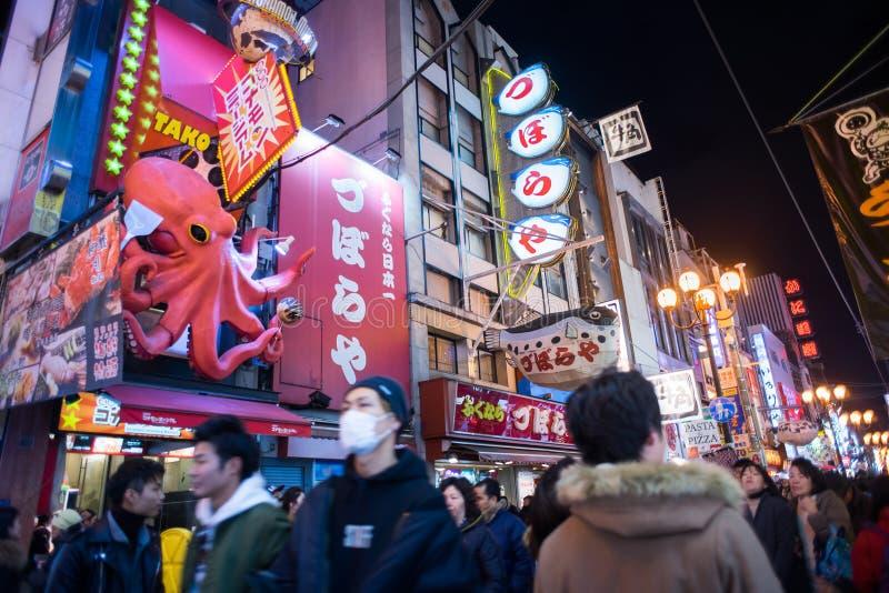 Folk som går i Dotonburien, Osaka royaltyfri fotografi