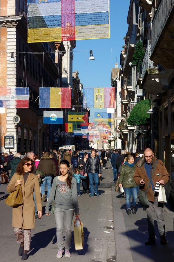 Folk som går i Rome dowtown arkivbild