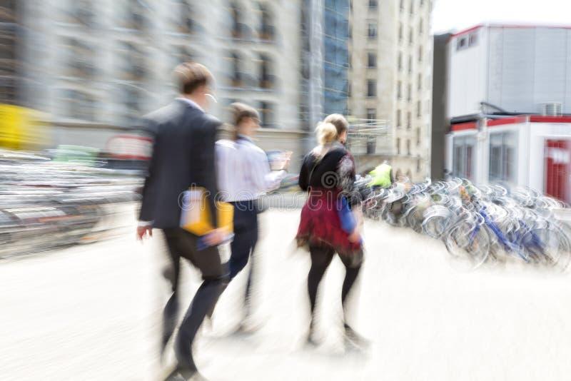 Folk som går i staden, rörelsesuddighet royaltyfri foto