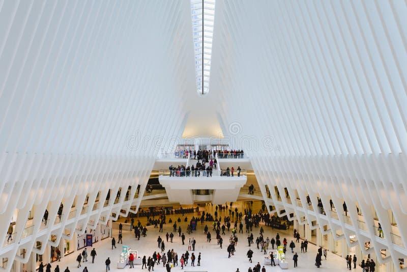 Folk som går inom Oculusen, i stadens centrum Manhattan royaltyfria bilder