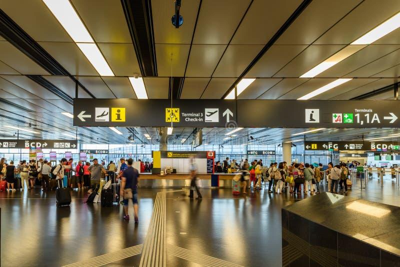 Folk som går inom terminalen av Wien den internationella flygplatsen fotografering för bildbyråer