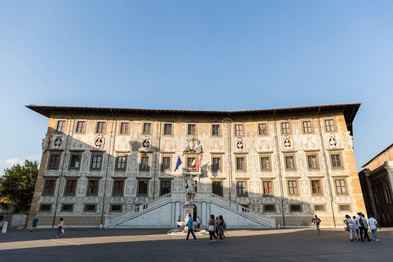 folk som går nära slotten (den Palazzo dellaen Carovana), riddares fyrkant, Pisa, Italien arkivbild